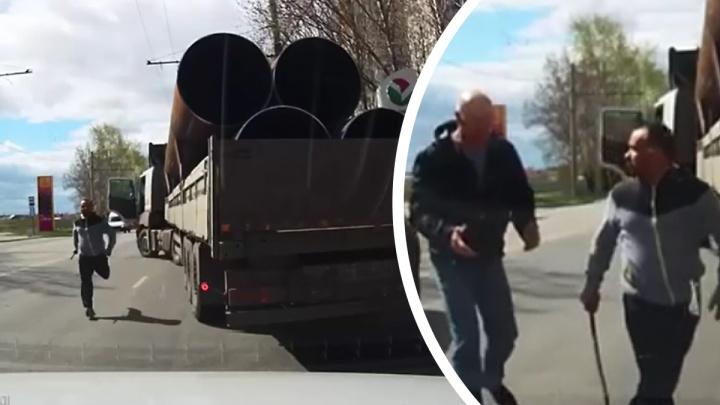 В Екатеринбурге дальнобойщик напал с монтировкой на водителя легковушки. В полиции отказались заводить дело