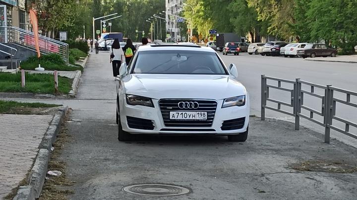 «Я паркуюсь как...»: автохамы в Екатеринбурге захватывают тротуары, несмотря на сопротивление прохожих