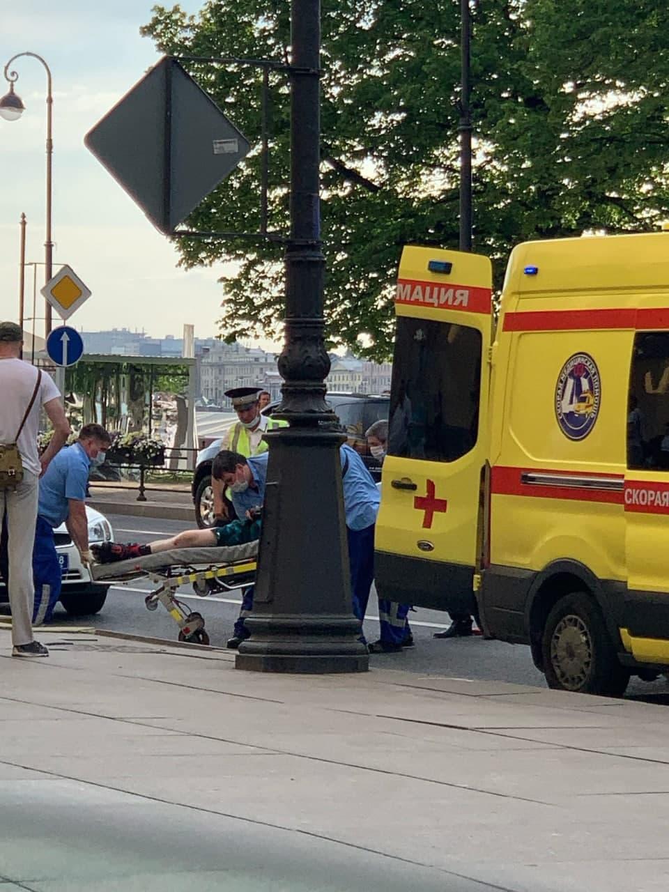 В центре Петербурга экскурсионный автобус сбил роллера. Камера сняла, как тот оказался на дороге