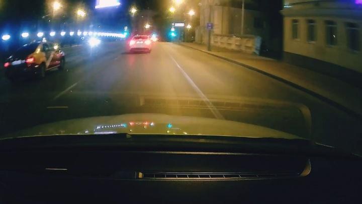 «Были не совсем трезвые». Регистратор снял, как в центре Екатеринбурга разбили автомобиль каршеринга о столб