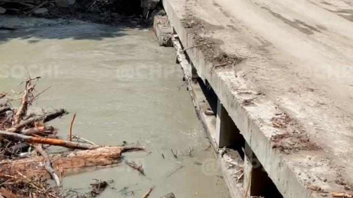 В Сочи машину с людьми смыло в реку. Один человек погиб, еще троих пока не могут найти (Видео)