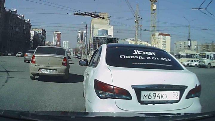 Челябинский водитель протаранил такси, нахально влезшее в его ряд. Смотрим видео и разбираем решение ГИБДД