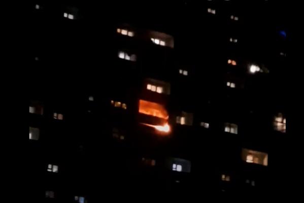 Пламя объяло балкон