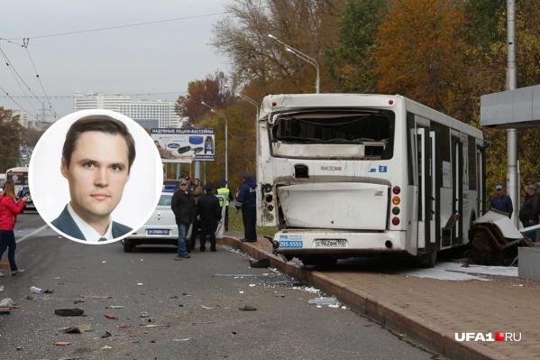 По словам Олега Хмарина, он собирался после назначения пересесть с личного авто на общественный транспорт, но пока не получается