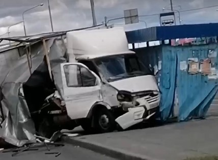 В Самарской области «Газель» влетела в остановку: видео последствий аварии