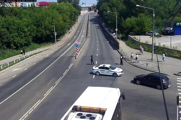 Полиция оперативно перекрыла движение по шоссе Космонавтов около полудня