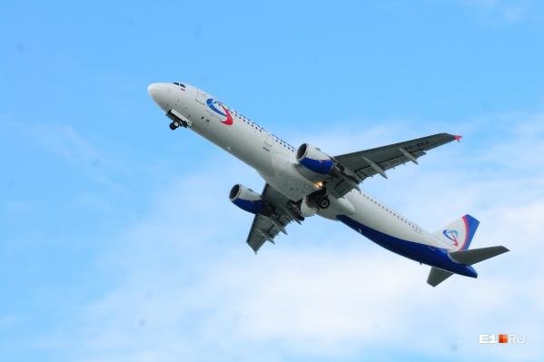 Самолет кружил над городом на небольшой высоте