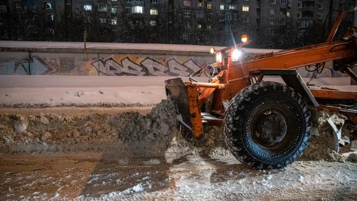 Новосибирск завалило снегом, наулицах— не проехать. Какчистят (и чистят ли) город: ночной репортаж