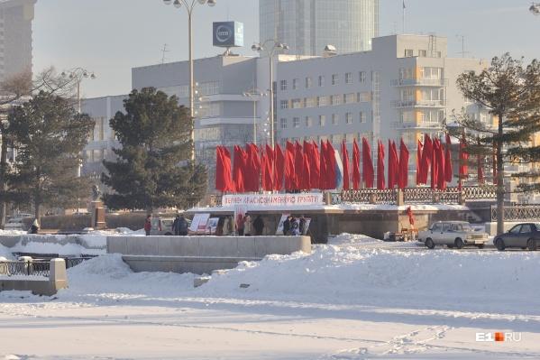 Краснознаменную группу убрали с Плотинки зимой 2013 года