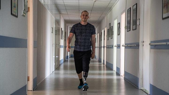 «Я придумал игру, как будто стал терминатором»: сибиряк потерял ногу из-за онкологии — рак спровоцировал небольшой синяк