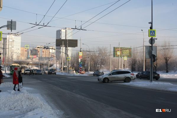 Теперь поток машин с Щербакова поворачивает на Самолетную по зеленой стрелке