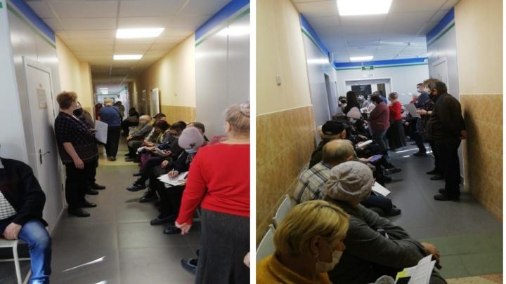 «Главврач поехал разбираться»: новосибирцы пришли ставить вторую прививку от ковида и снова застряли в очереди