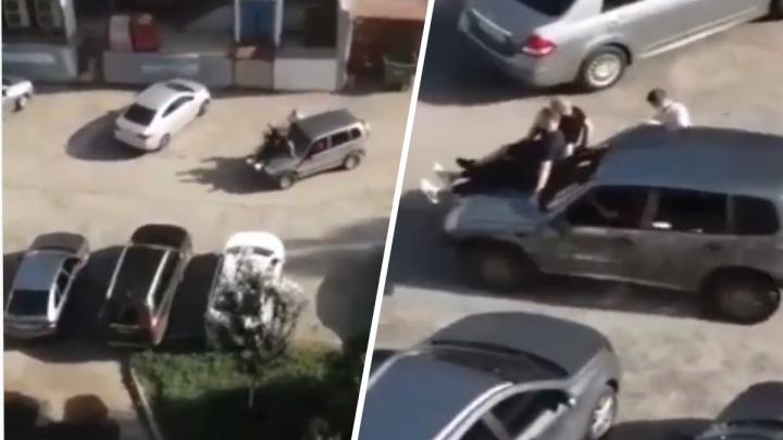 Тольяттинец устроил опасный аттракцион на капоте своей «Нивы»: видео