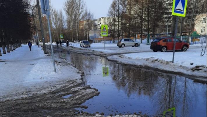 «Передаем вам привет»: в ответ на жизнерадостный пост мэра горожане закидали его снимками жутких дорог