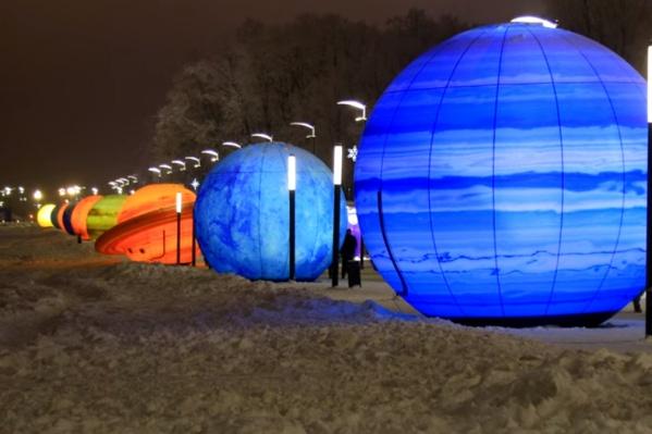 Одну из аллей, ведущих к стадиону, украсили надувными макетами планет