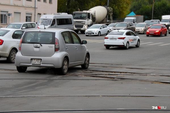 Это перекресток Победы и Каслинской. Отремонтировать в прошлом году его не получилось. Интересно, выйдет ли теперь?