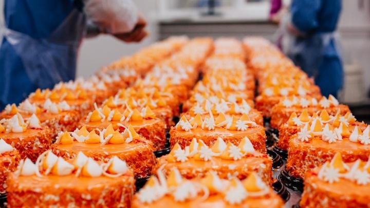 Рай для сладкоежки: репортаж с кондитерской фабрики, где выпекают любимые торты уральцев