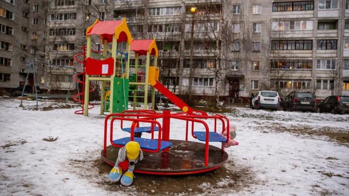 «Единственная на десять домов»: в Ярославле родители пожаловались на снос детской площадки