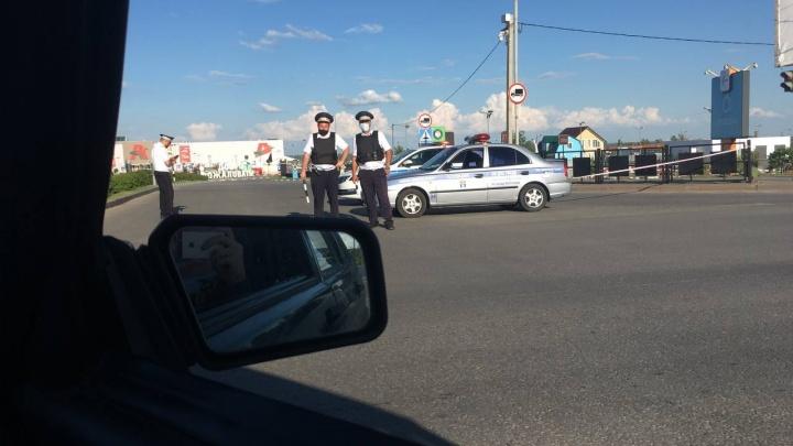 «По рации говорят об угрозе взрыва»: в Волгограде перекрыли все въезды на территорию «Акварели»