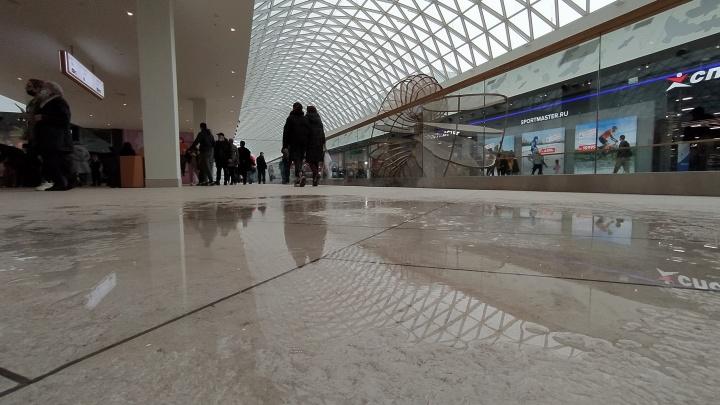 Фотофакт: в новом ТРЦ «Планета» с крыши потекла вода