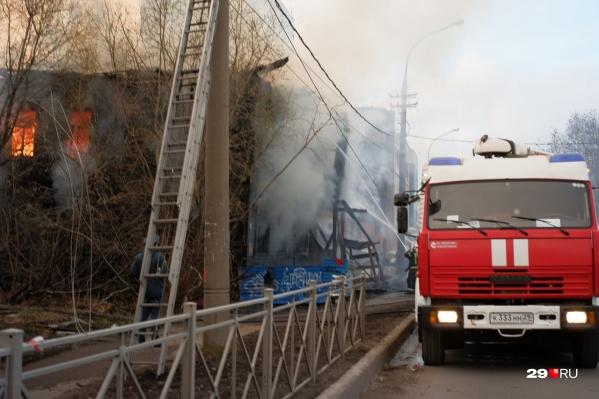 Пожар в ветхом здании тушили 1 мая — дом почти полностью прогорел