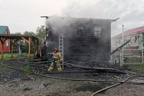 О пожаре в доме в экстренные службы сообщила соседка