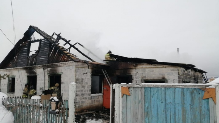 «Мать сказала детям держаться друг за друга и идти за ней»: подробности пожара в Башкирии, где погибли два ребенка