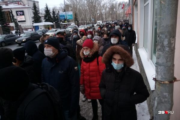 Люди идут мирно по тротуару, изредка скандируя: «Свободу!»