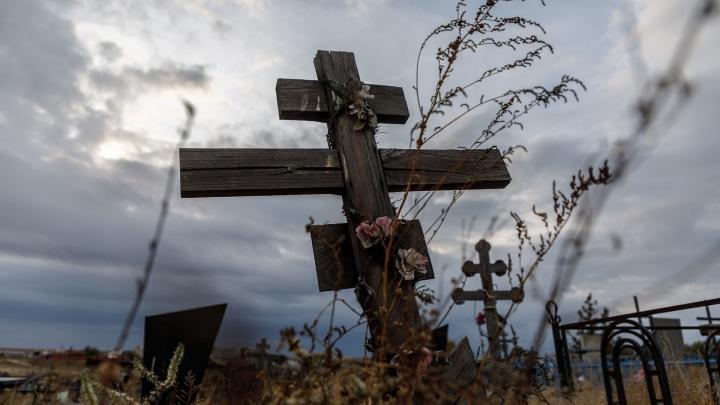 Сверху детская игрушка: в Волгограде на кладбище Краснооктябрьского района найдена нелегальная могила