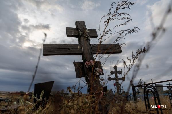 В обстоятельствах появления свежей могилы сейчас разбирается полиция