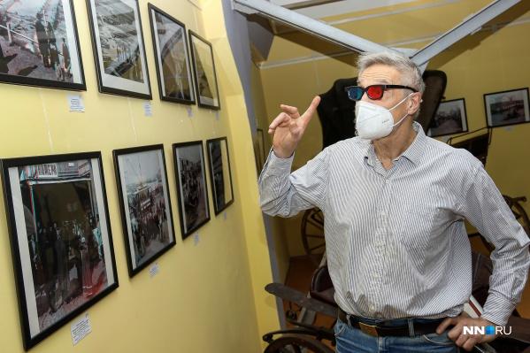 Чтобы увидеть фото в 3D, нужно надеть специальные очки