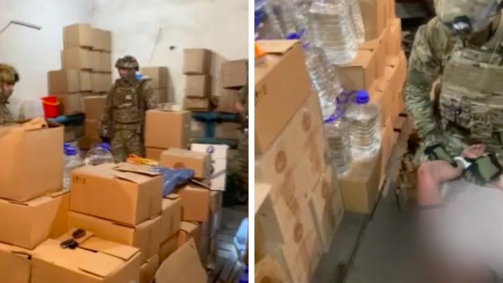В Ачинске СОБР накрыл склад с нелегальным алкоголем на 1,5 миллиона рублей