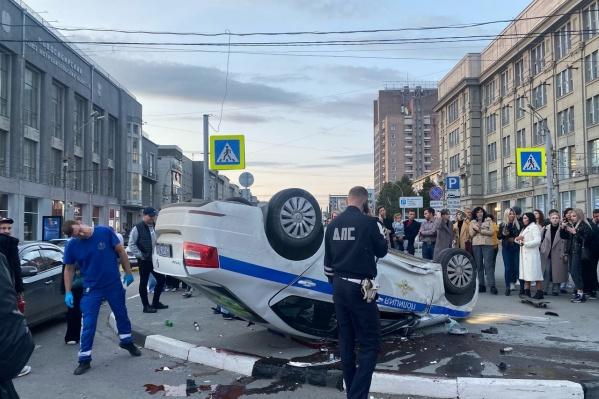 Машина ДПС перевернулась в центре города
