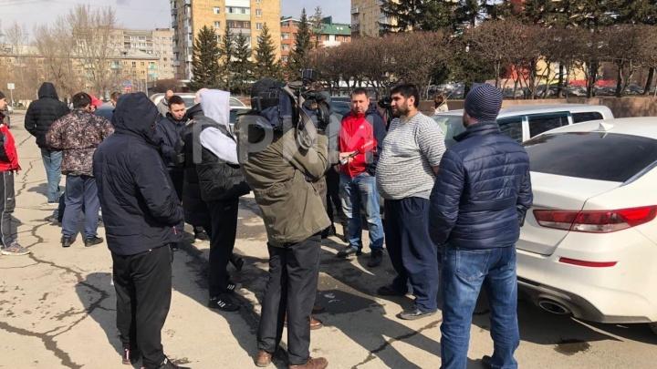 Около 20 таксистов собрались на Красной площади, чтобы обсудить свои низкие зарплаты