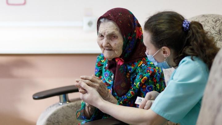 """«Я еще ему спою """"По полю танки грохотали""""»: 106-летняя долгожительница сделала прививку отCOVID-19"""
