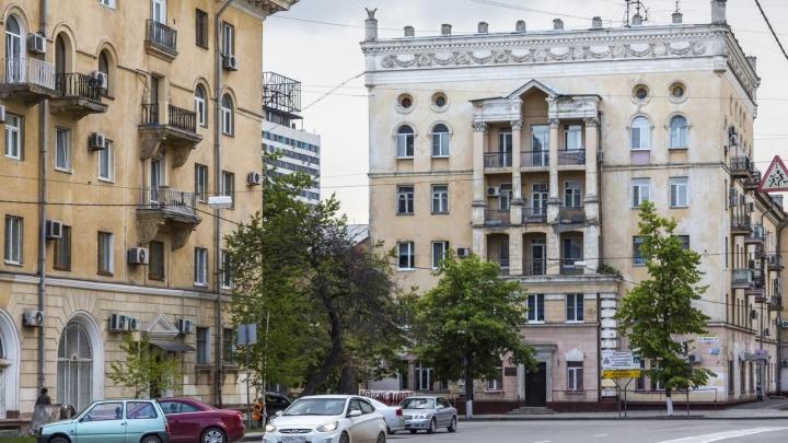 «Мы поможем, но всё зависит от людей»: в Волгограде чиновники обратили внимание на разрушающийся «Дом с вазами»