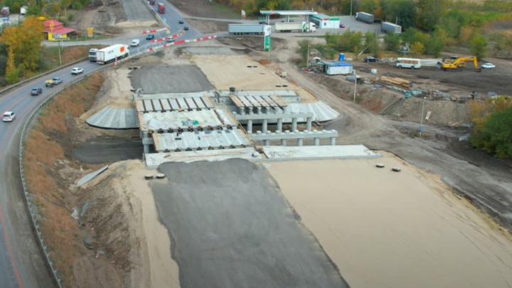 На участке трассы М-5 возле Белозерок строители установили перекрытия нового путепровода