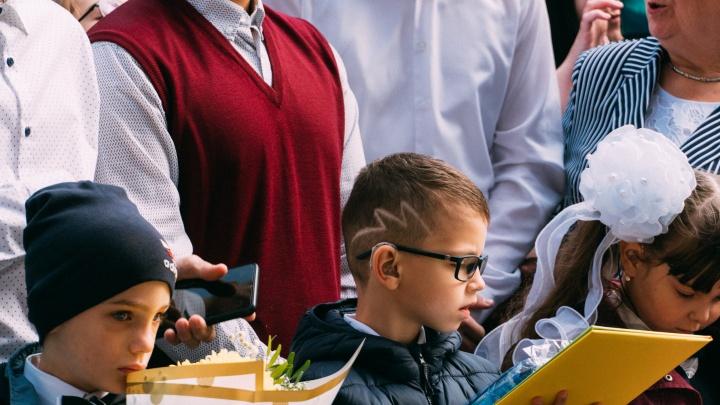 Зигзаги на висках, цветные челки и бессмертные косички: разглядываем прически омских школьников