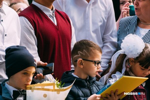Кажется, в самой тихой школе Омска (адаптивной школе-интернате для детей с нарушением слуха) прически с выбритыми вдоль черепа узорами нынче в моде