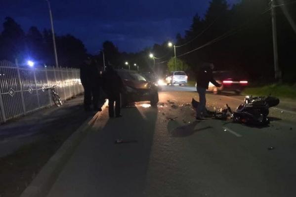 Мотоцикл выехал на встречную полосу