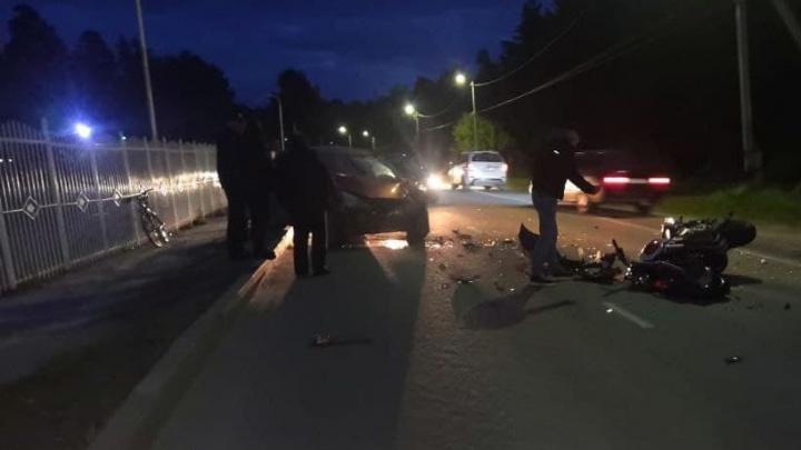В Бердске мотоциклист выехал на встречку и врезался в «Хонду» — его увезли в больницу