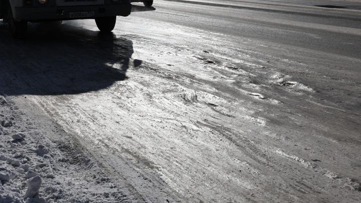 На севере Волгограда автобус засел в ледяной колее