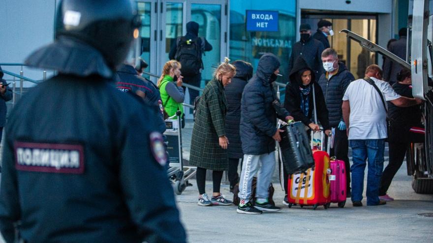 Блокпосты на дорогах и борьба с антиваксерами: реально ли отдохнуть в Крыму в «ковидные выходные» (и надо ли)