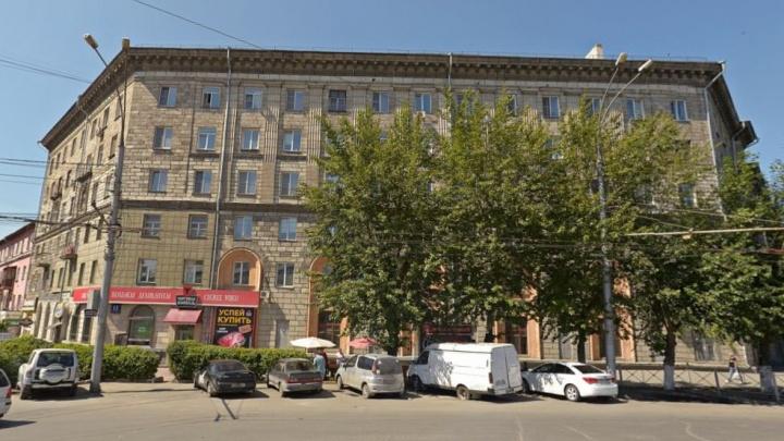Из одного и того же дома на площади Станиславского выпала уже вторая женщина