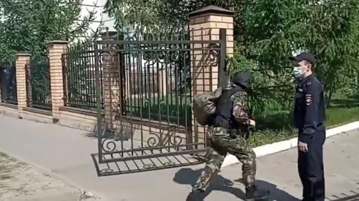 Один из напавших на школу в Казани удерживает заложников
