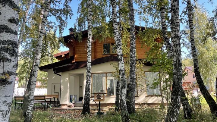 Новосибирец построил среди леса дом из кирпича и бруса — идеи он черпал даже в Японии. Смотрим фото
