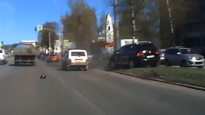 На полной скорости влетел в столб: появилось видео момента ДТП на проспекте Авиаторов