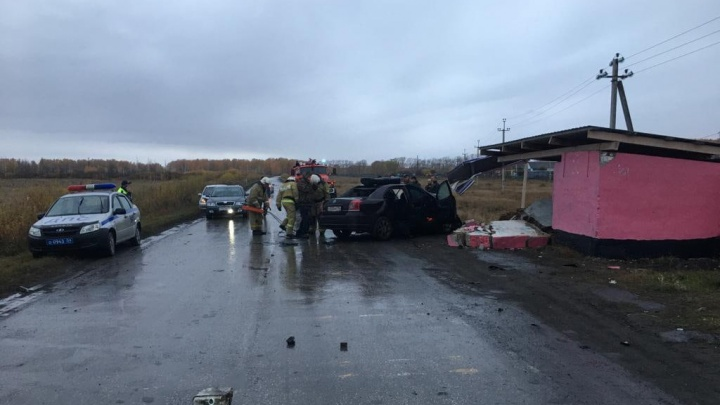 В НСО иномарка влетела в остановку — водитель погиб