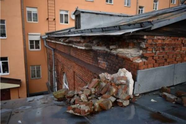 Местами здание находится в аварийном состоянии