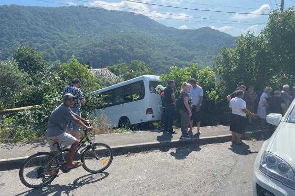Автобус малой вместимости вылетел за пределы дороги в горной местности Сочи